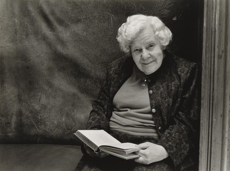 Alison Duke, by Julia Hedgecoe, 10 March 1998 - NPG P751(8) - © Julia Hedgecoe / National Portrait Gallery, London