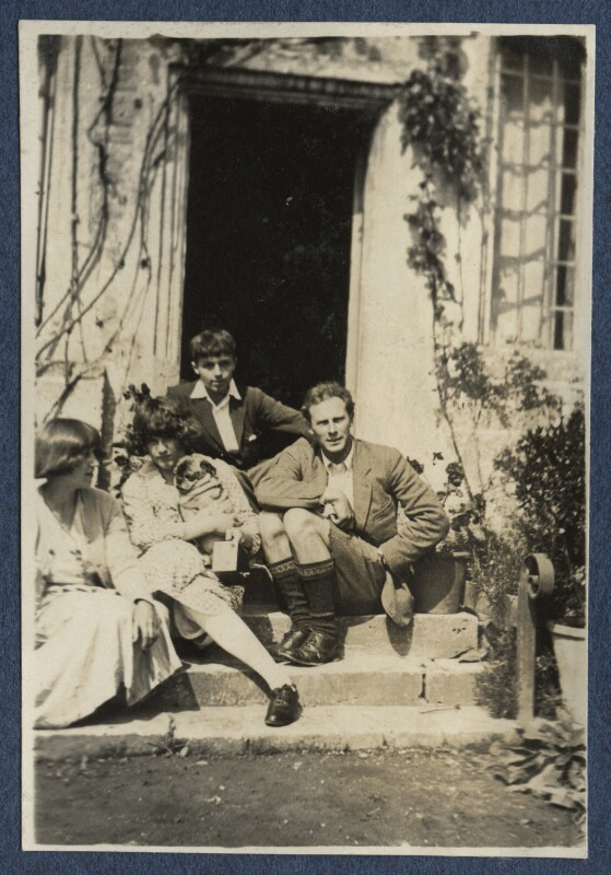 Dora Carrington; Julian Vinogradoff (née Morrell) with her pug Soie; Michael Llewelyn Davies; Ralph Partridge, by Lady Ottoline Morrell, 1920 - NPG Ax140800 - © National Portrait Gallery, London