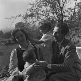 Oscar Nemon and family, by Francis Goodman - NPG x199981