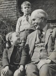 Sir William Henry Bragg and grandchildren, by Wolfgang Suschitzky - NPG x200729