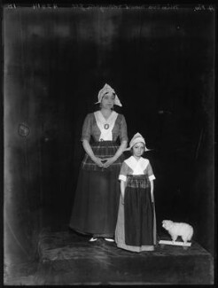 Eva Moore with her daughter Jill Esmond, by Bassano Ltd, 1914 - NPG x102199 - © National Portrait Gallery, London