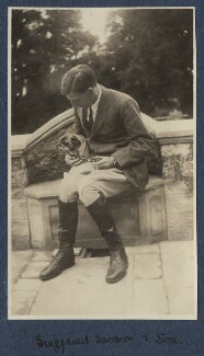 Siegfried Loraine Sassoon with Lady Lady Ottoline Morrell's pug Soie, by Lady Ottoline Morrell, September 1920 - NPG Ax140881 - © National Portrait Gallery, London