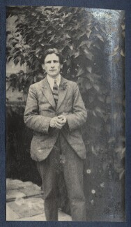 Edmund Blunden, by Lady Ottoline Morrell, 1923 - NPG Ax141423 - © National Portrait Gallery, London